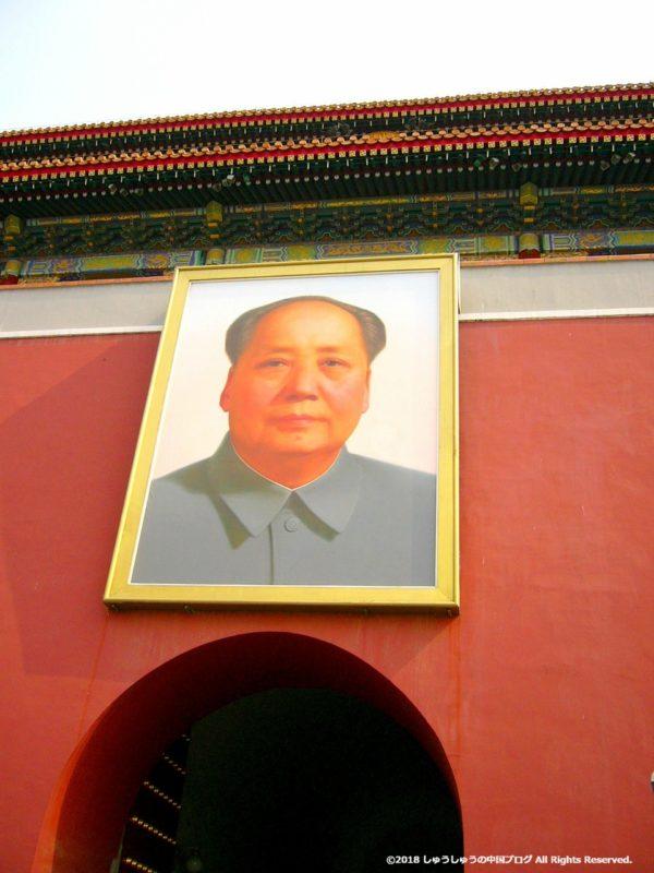 天安門広場の毛沢東主席の肖像画の下からの画像