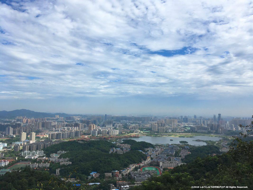 長沙の岳麓山から見た湘江と反対側の景色