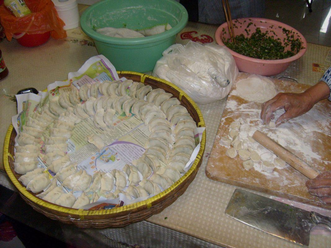中国の餃子を作る様子