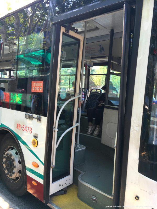 大連のバスお前のドア