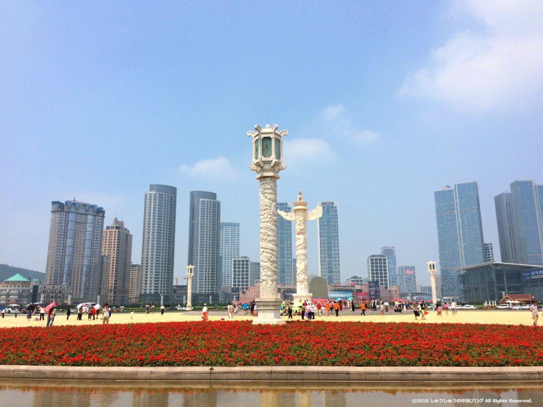大連の星海広場の華表とその周辺のビル