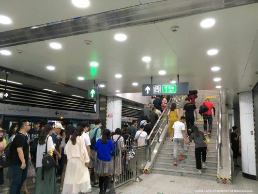 大連地下鉄2号線西安路駅の1号線への乗り換え階段