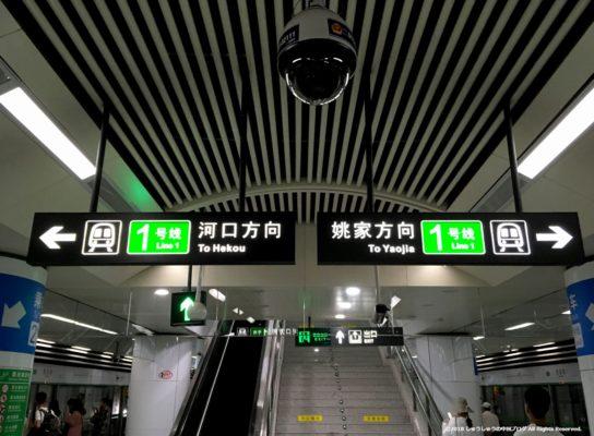 大連地下鉄1号線の西安路駅のホームの乗り場案内