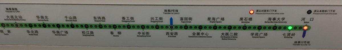 大連地下鉄1号線の車内案内板