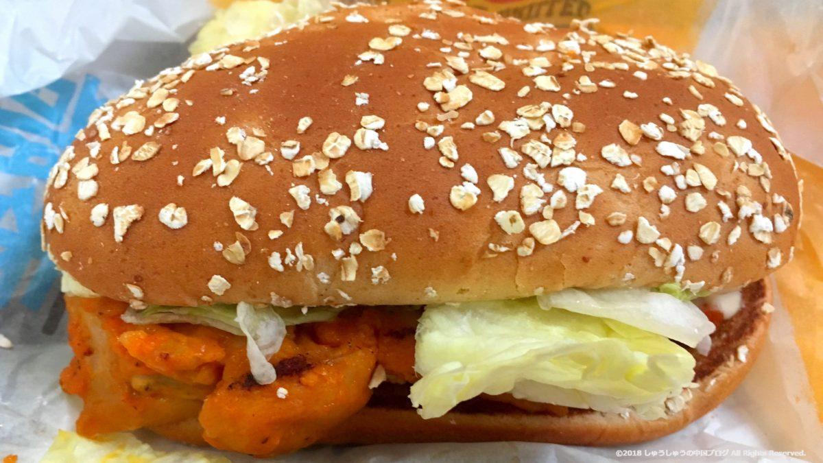 中国のバーガーキングのチキンのハンバーガーの中身