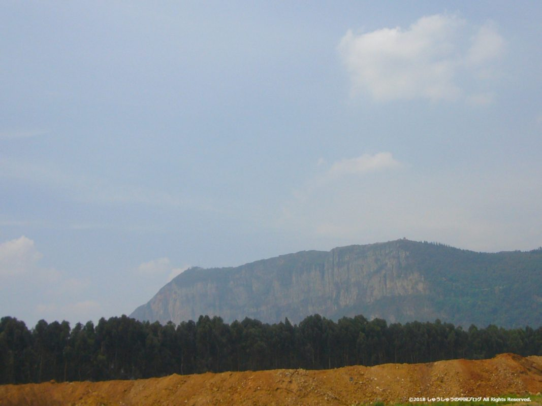遠くに西山が見えます