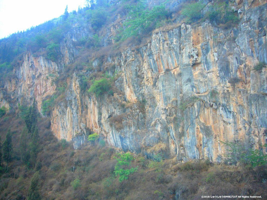 西山側は断崖絶壁