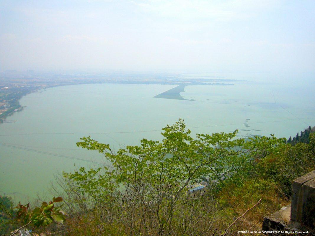 西山から滇池を見た景色