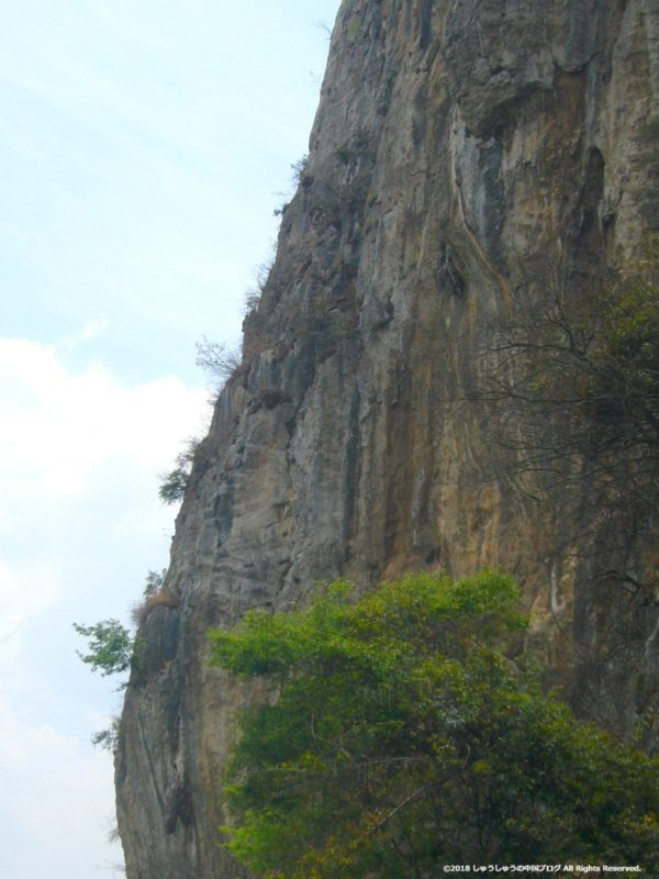 リフトから見た西山の断崖絶壁