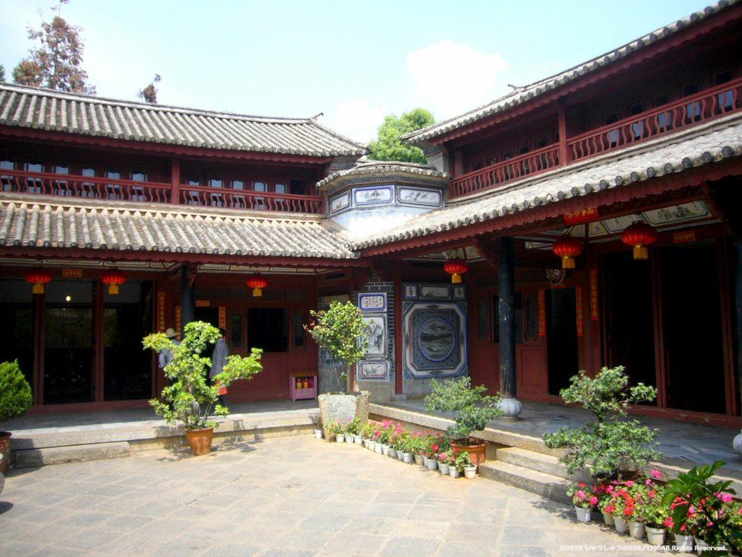雲南民族村の白族の住居の中庭