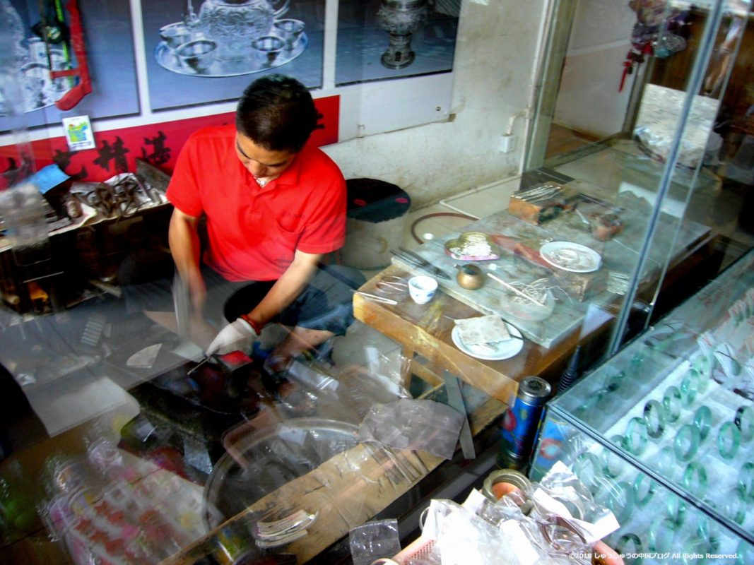雲南民族村の白族銀製品の製作の様子