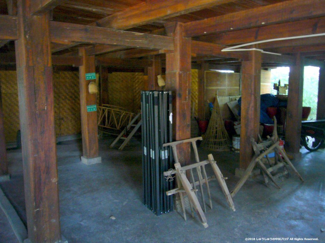 雲南民族村のタイ族の住居の下