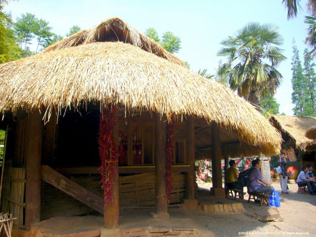 雲南民族村のワ族の住居