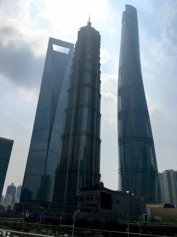 3つの巨大ビル群(上海環球金融中心、金茂大厦、上海中心大厦)の写真