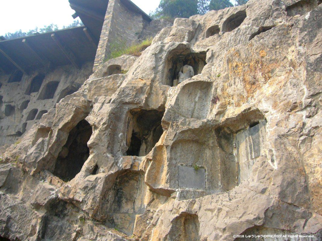 洛陽龍門石窟潜渓寺の外側の小さな石窟