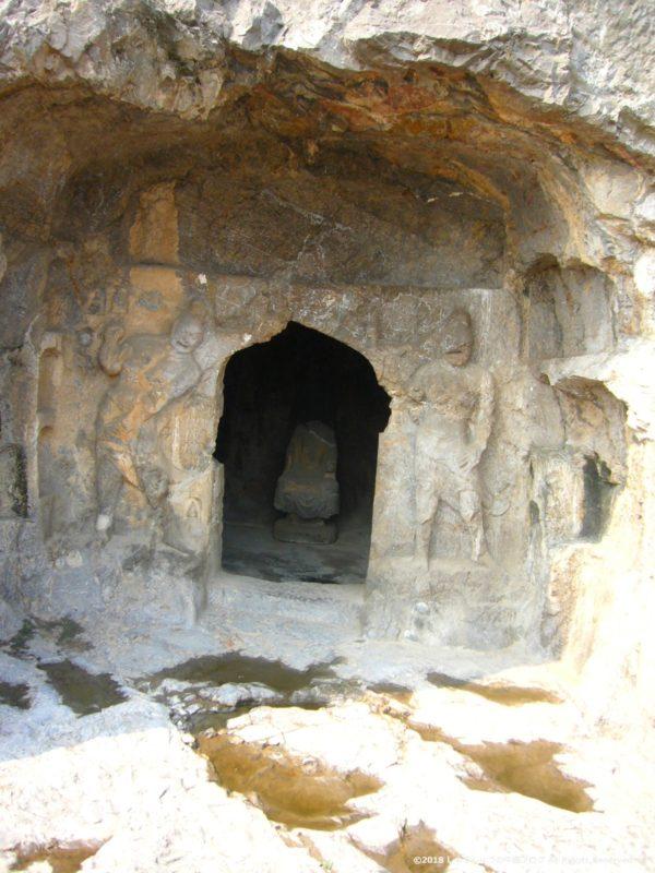 洛陽龍門石窟の小さな石窟の中