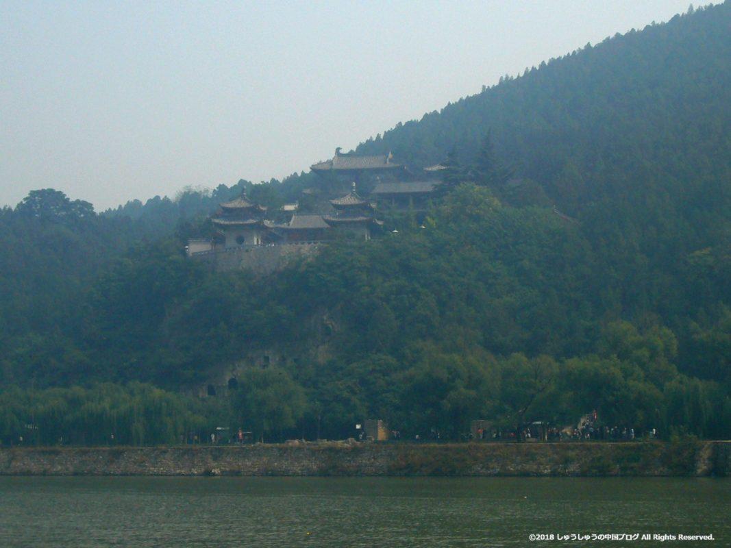 洛陽龍門石窟の香山寺の遠景