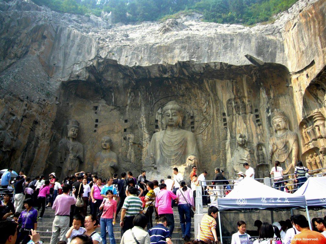 洛陽龍門石窟の奉先寺全景