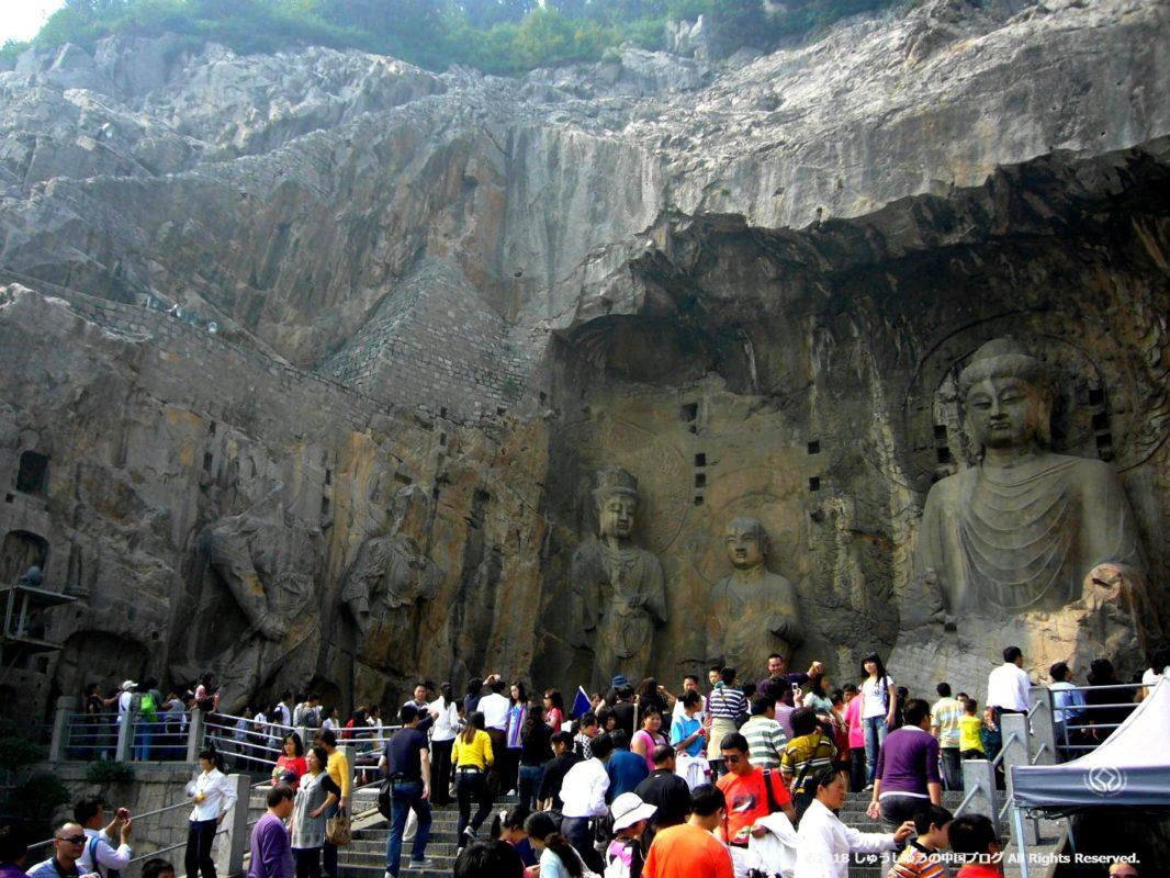 洛陽龍門石窟の奉先寺の左側