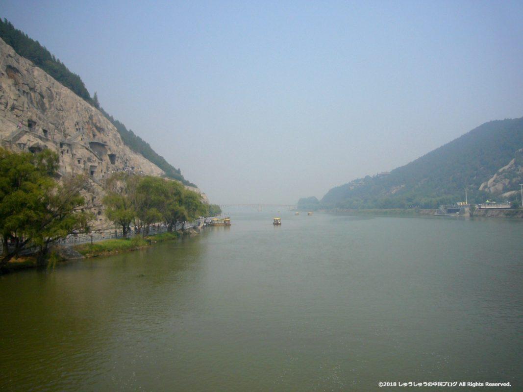 洛陽龍門石窟にかかる橋からの伊河の景色
