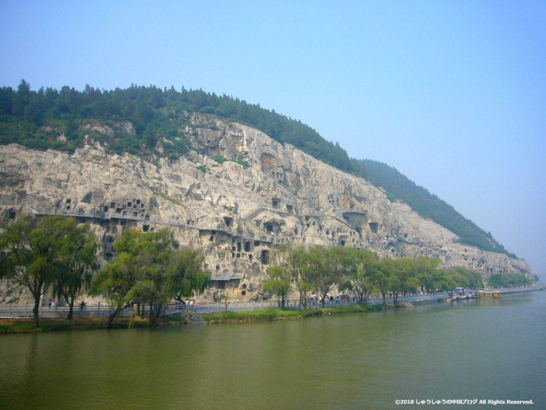 洛陽龍門石窟の橋の上から西山石窟側を見るその1