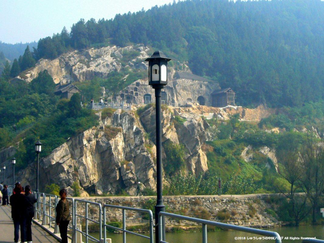 洛陽龍門石窟の橋の上からの東山石窟