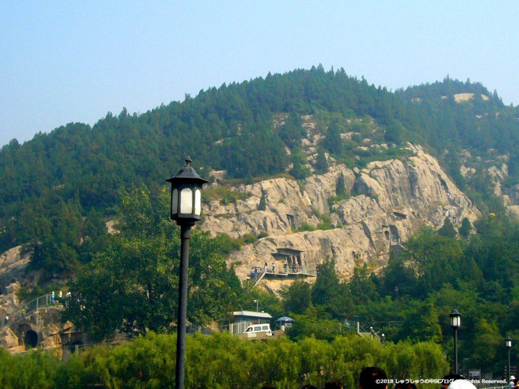 洛陽龍門石窟の橋の上から見る東山石窟