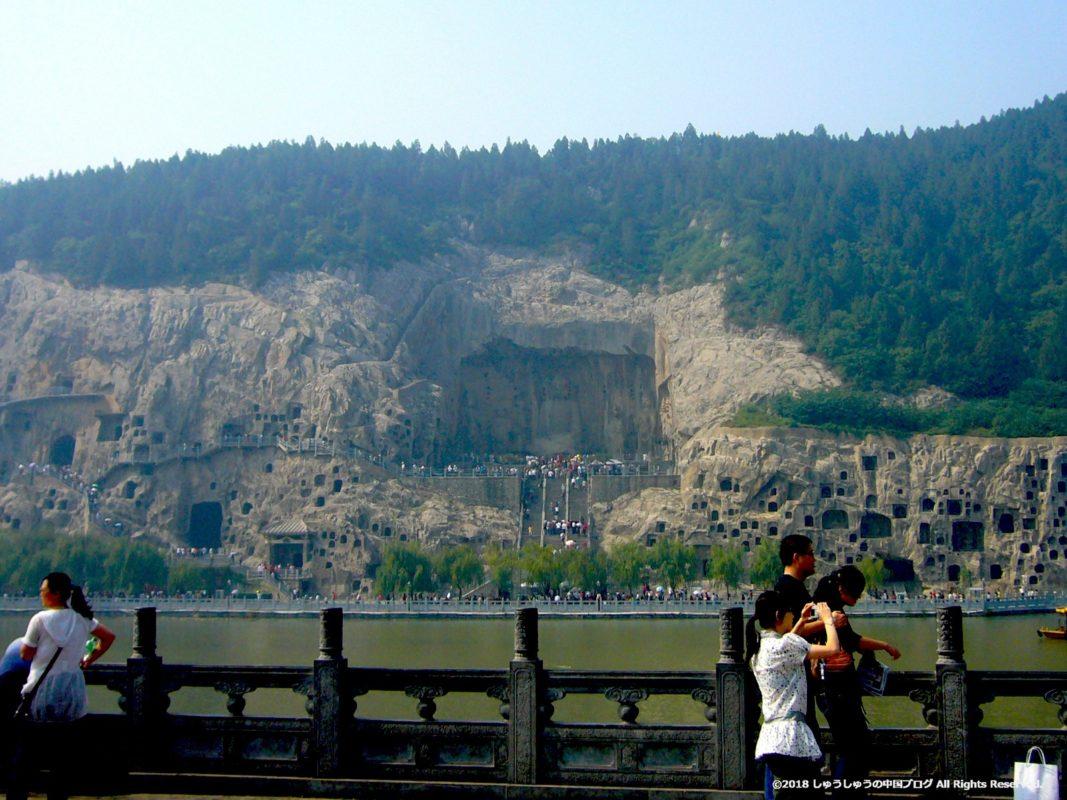 東山石窟側から見た洛陽龍門石窟の西山石窟