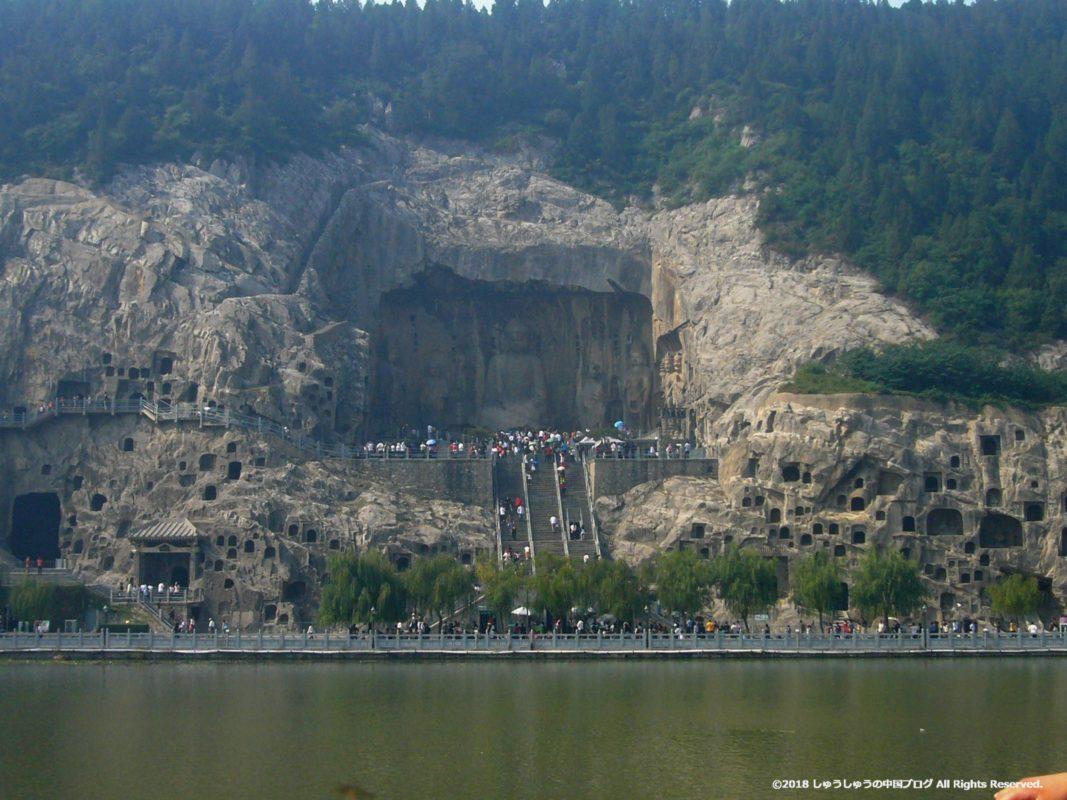 東山石窟側から見る洛陽龍門石窟の奉先寺
