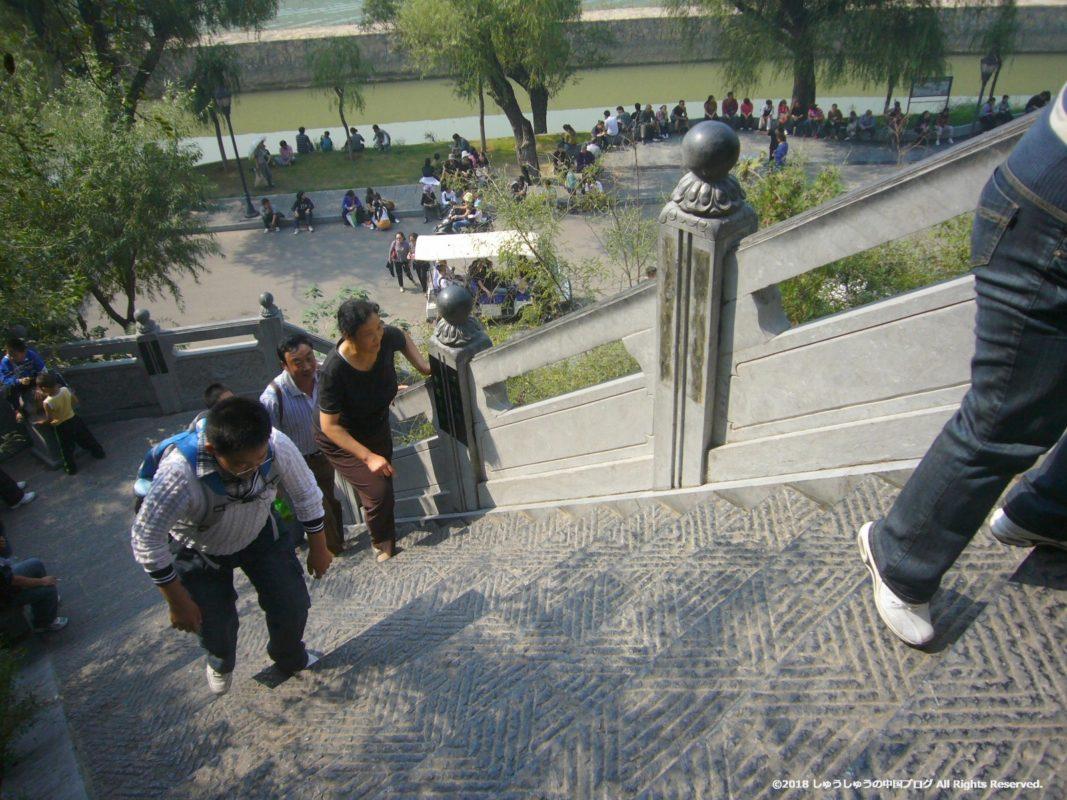 洛陽龍門石窟の香山寺に行く階段