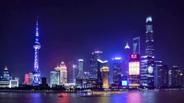 上海外灘から見る夜の陸家嘴の高層ビル群