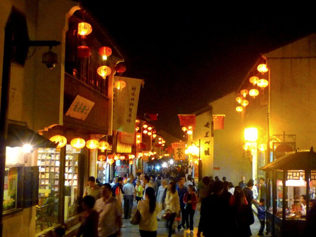 七里山塘の通りの夜景