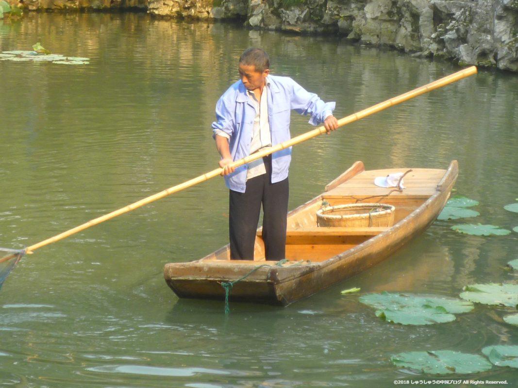 蘇州の獅子林の池の掃除