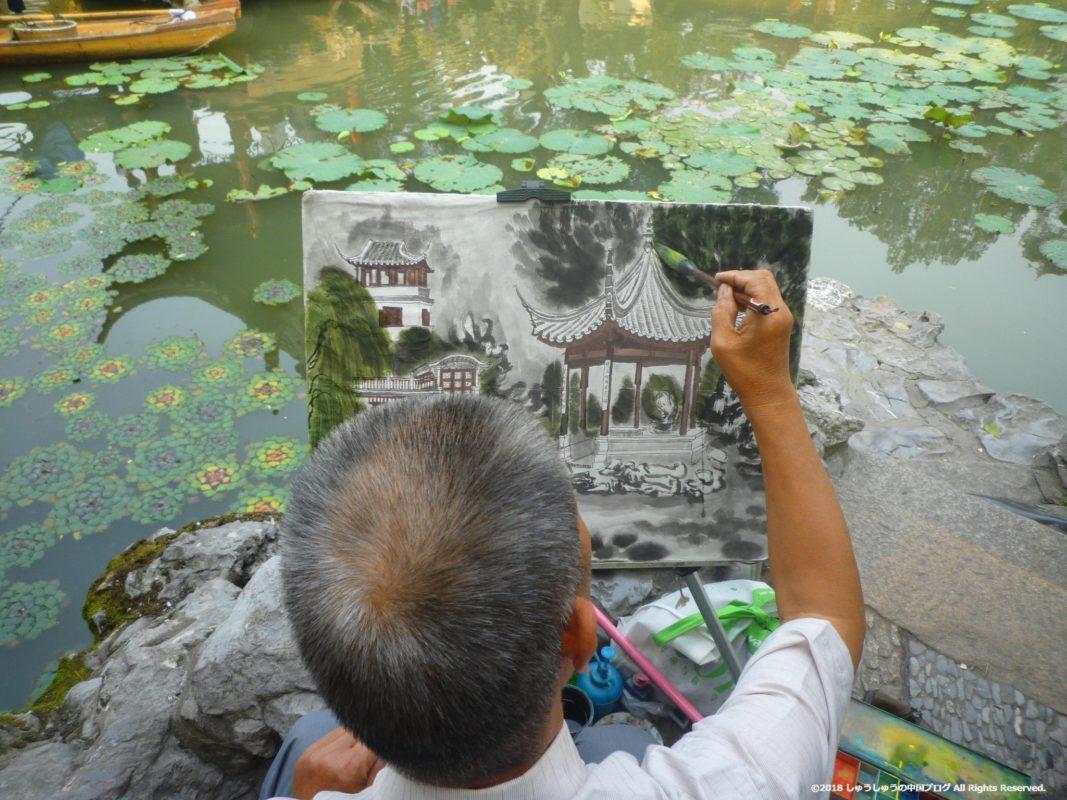 蘇州の獅子林で絵を描く人