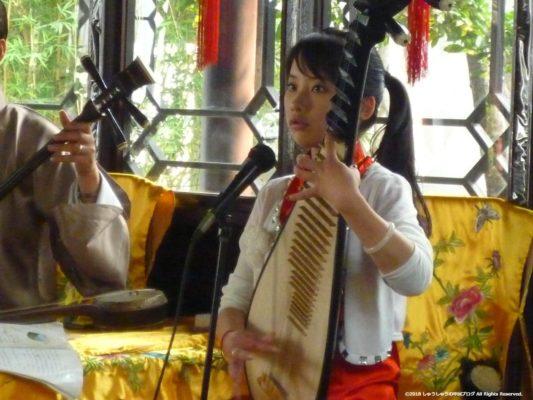 蘇州の拙政園の中国楽器の演奏(琵琶)