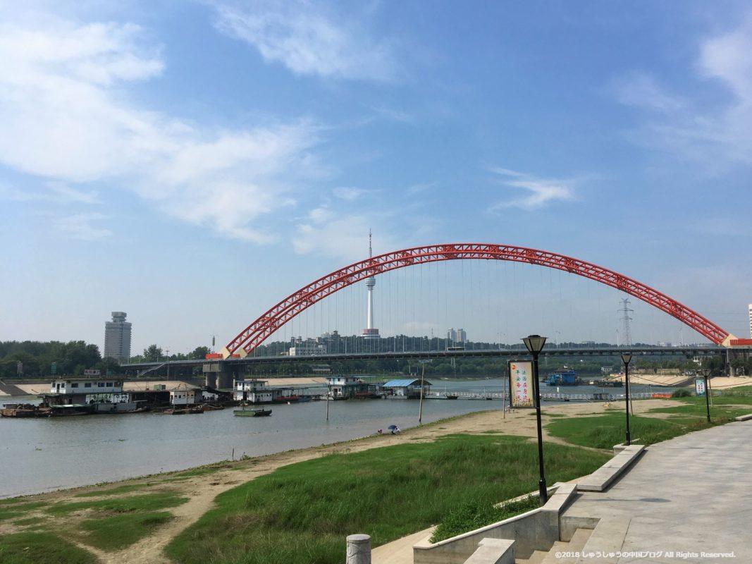 武漢の渡し船(水上バス)の集家嘴の渡し船乗り場の河原