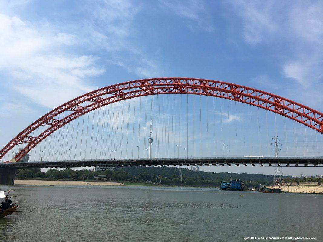 武漢の渡し船(水上バス)集家嘴近くの晴川橋