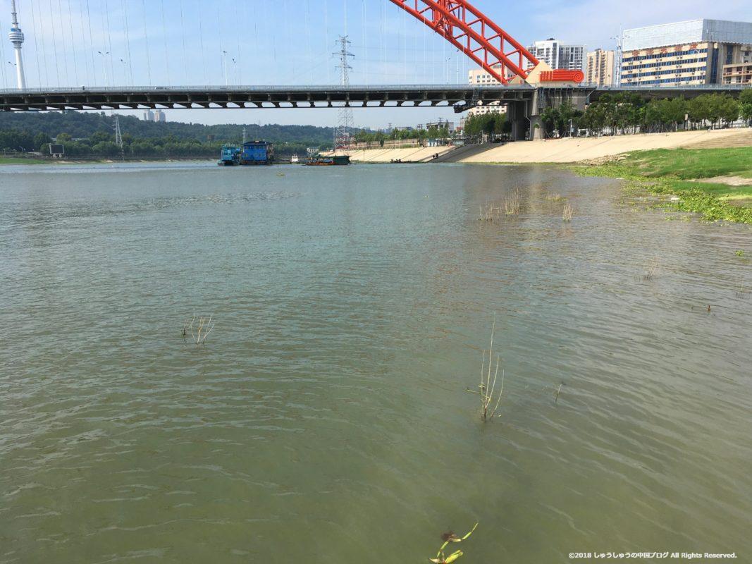武漢の集家嘴のフェリーターミナル付近の長江