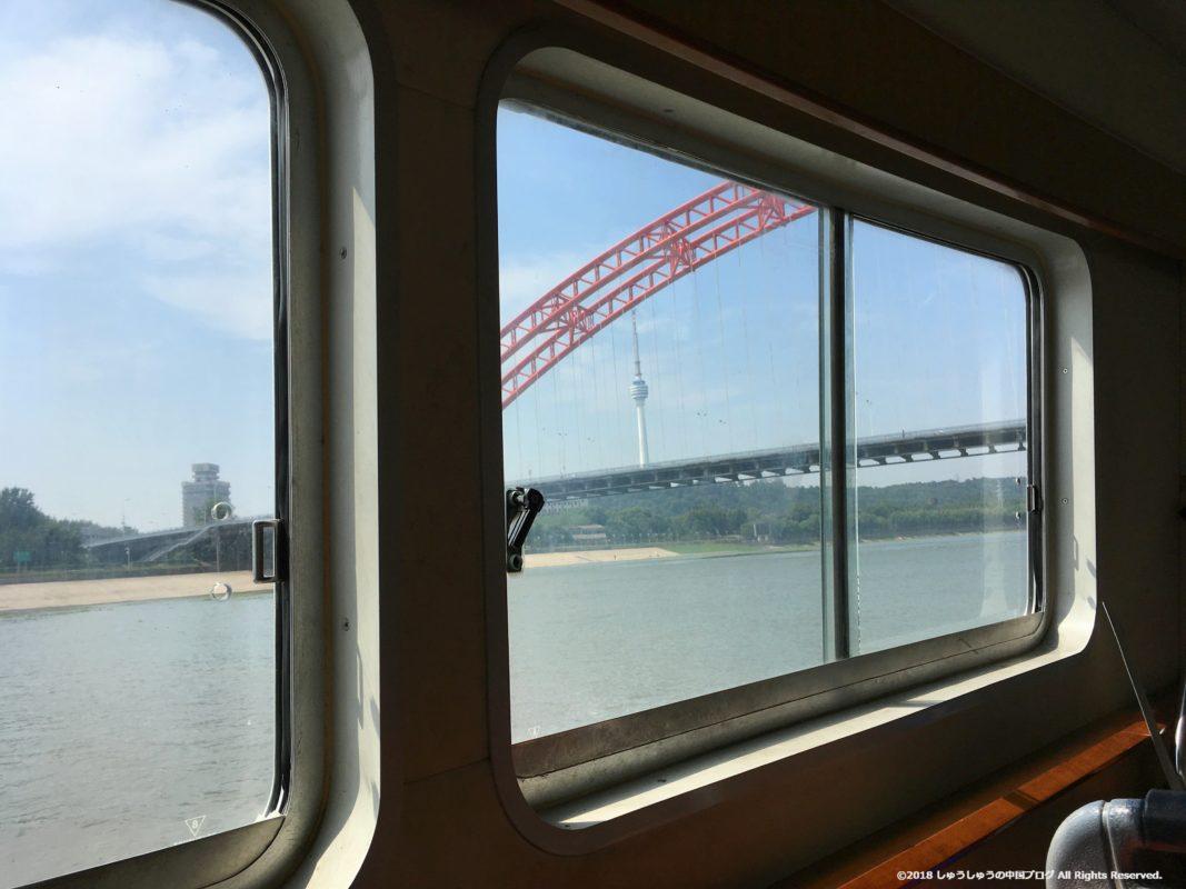 武漢の渡し船(水上バス)の中から川を見る