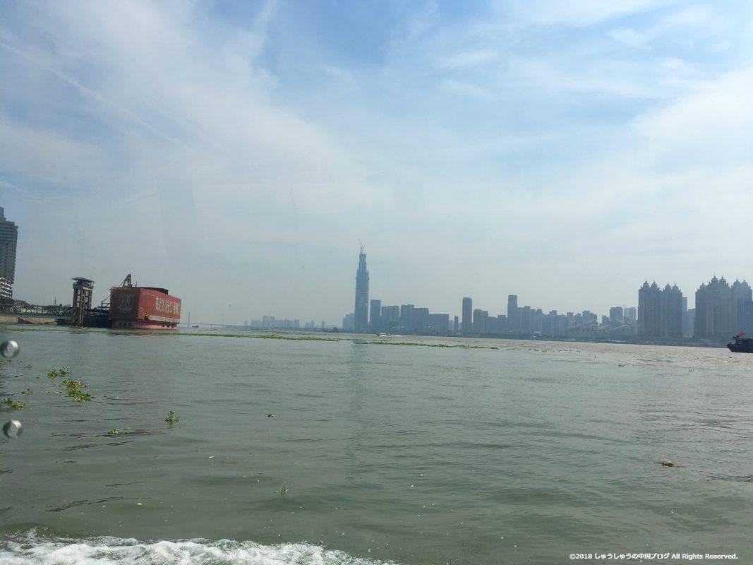 武漢の渡し船(水上バス)の上から見る長江