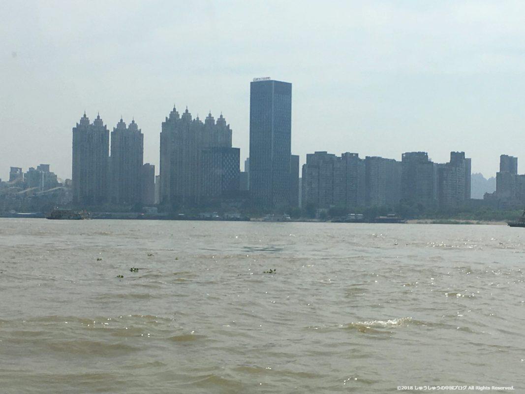 武漢の渡し船(水上バス)から見る武昌側のビル