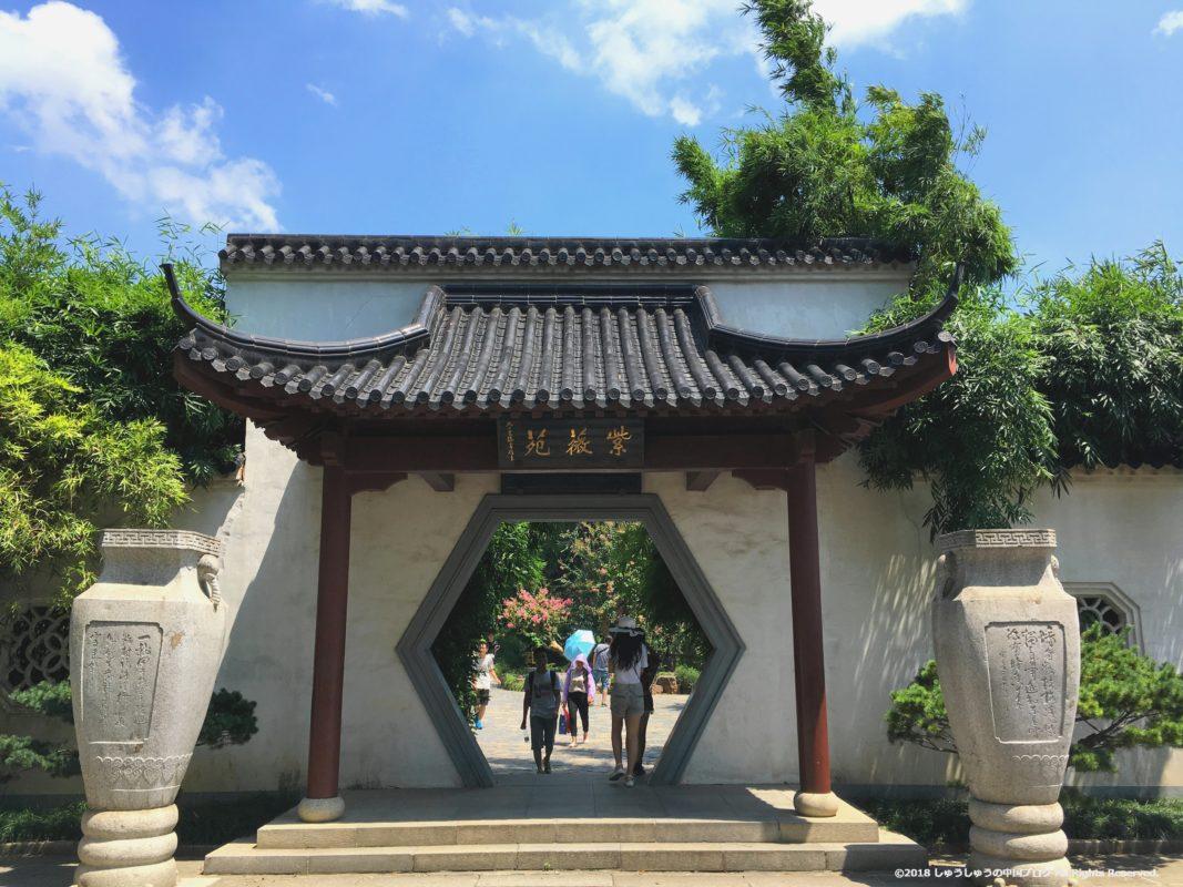 黄鶴閣の庭園の門