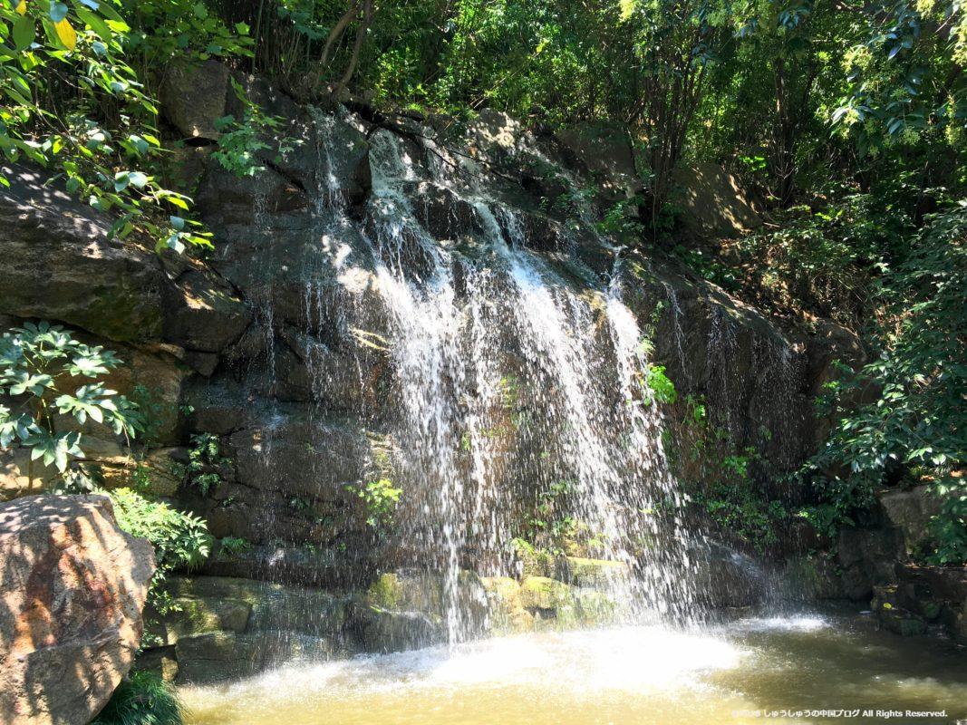 黄鶴閣の庭園の滝