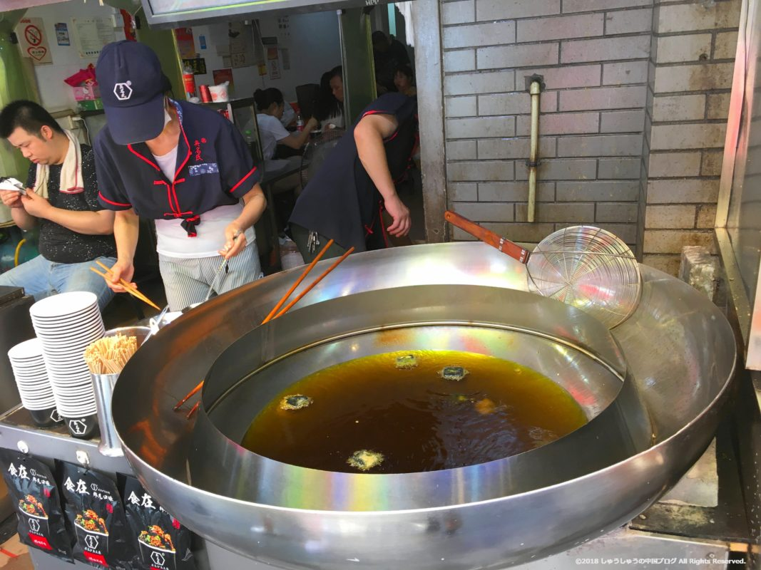 武漢の戸部巷の長沙の臭豆腐を揚げるところ