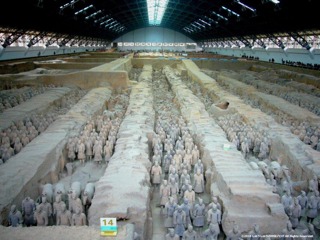 秦始皇兵馬俑博物館1号坑正面からの全体像