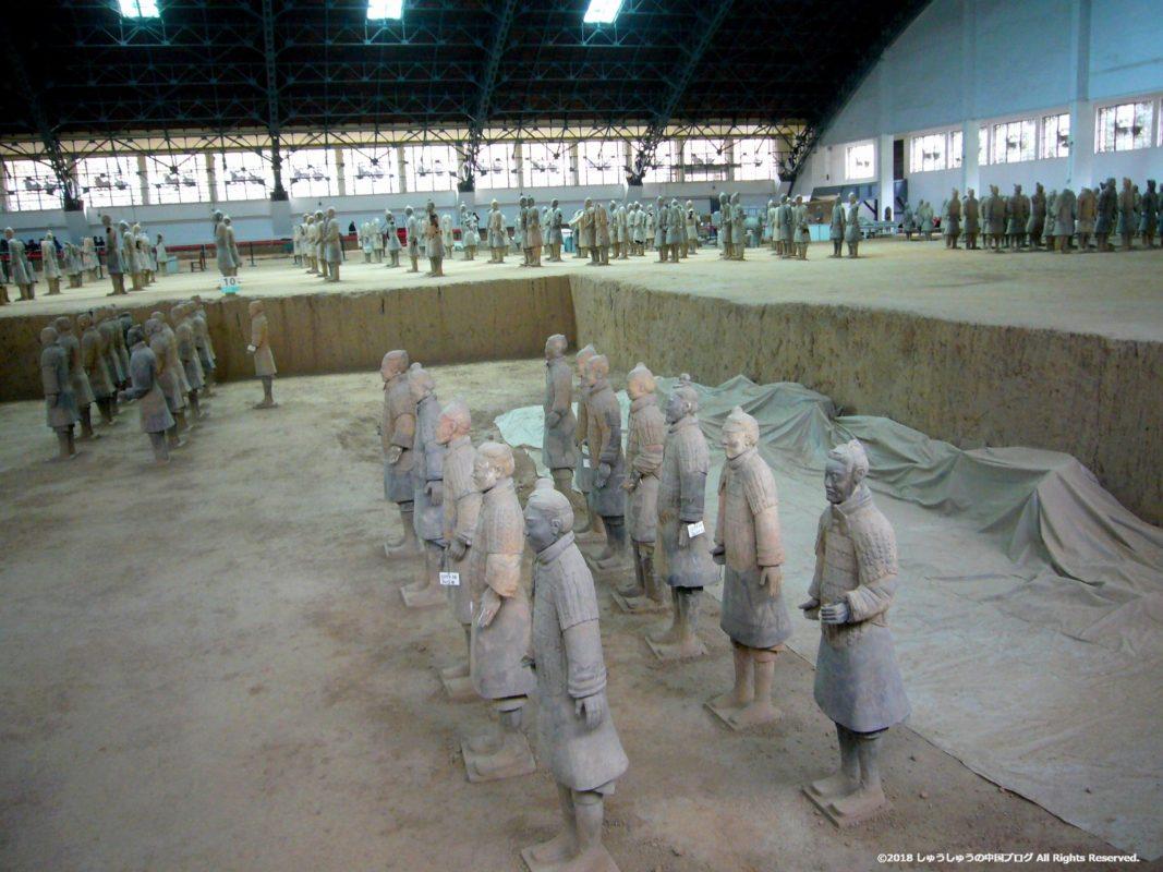 秦始皇兵馬俑博物館1号坑後方の発掘された兵馬俑