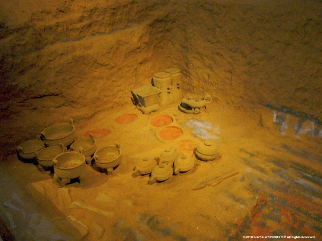 兵馬俑から銅器などが掘り出される様子