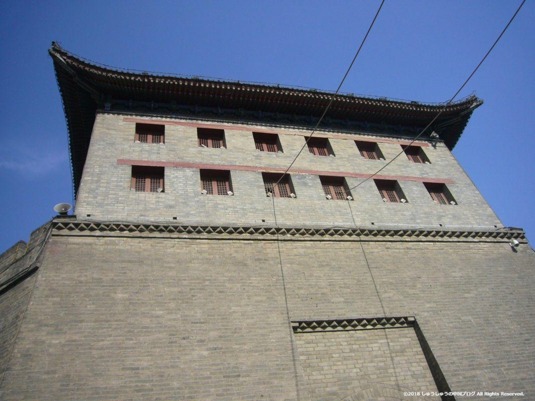 西安城壁の永寧門の下から上を見る