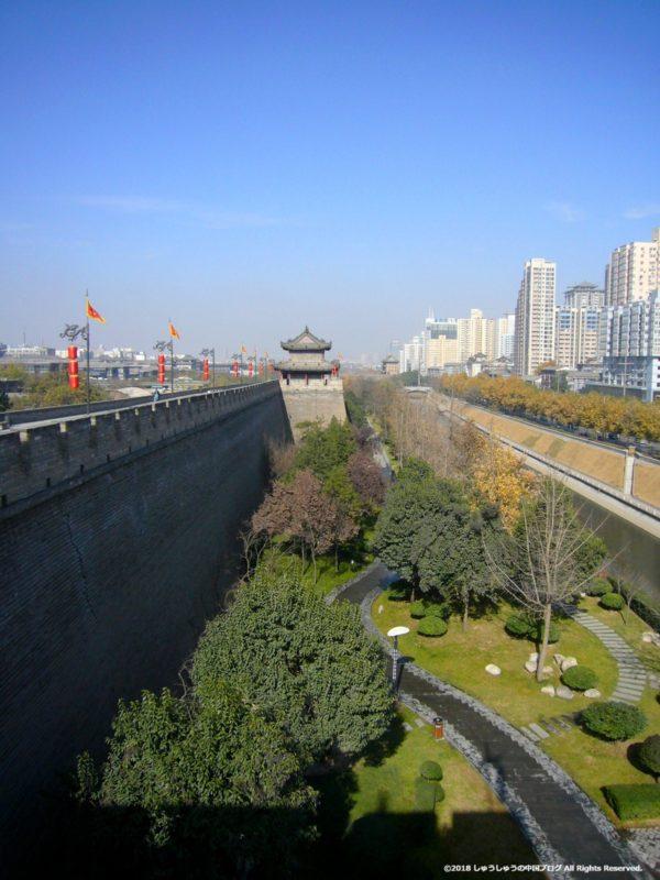 西安城壁から堀側を見る
