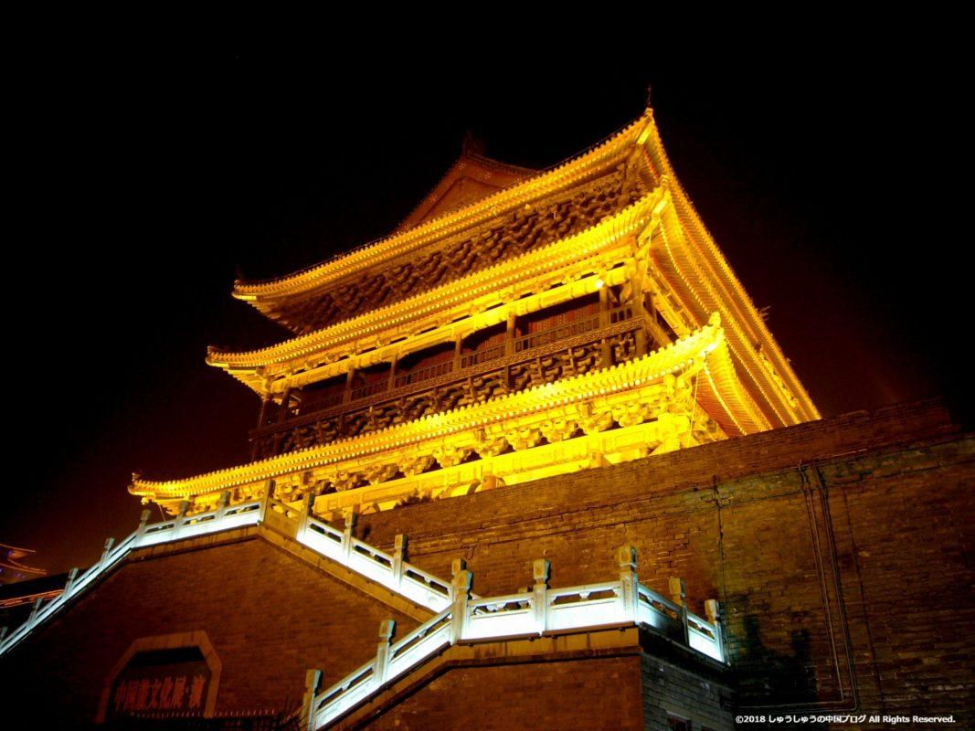 西安鼓楼の夜景、真下から見上げる